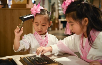 Students experience processes of movable-type printing in China's Liaoning
